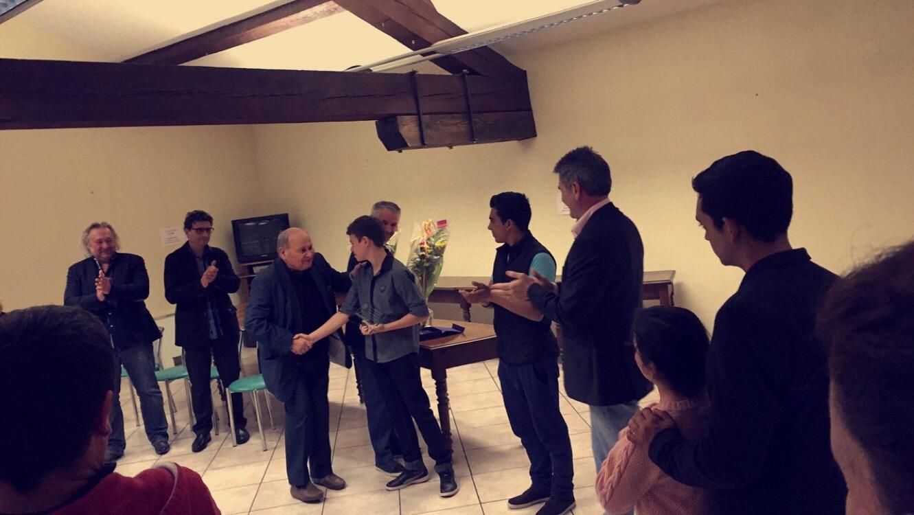 Guy Parès, Maire de leur ville de Pia, récompense Arthur et Ruben